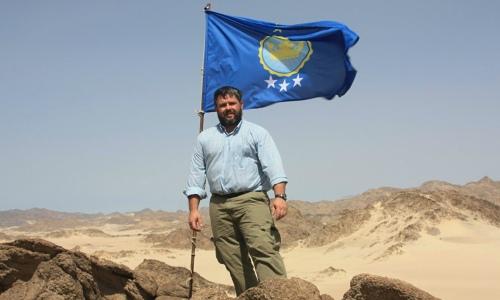 Jeremiah Heaton staking his claim to Bir Tawil (16 June 2014).